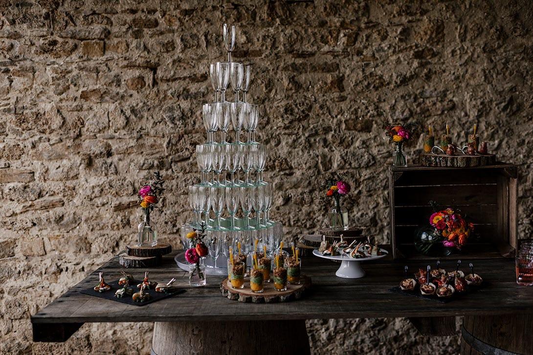 table de buffet mariage champêtre et fontaine champagne