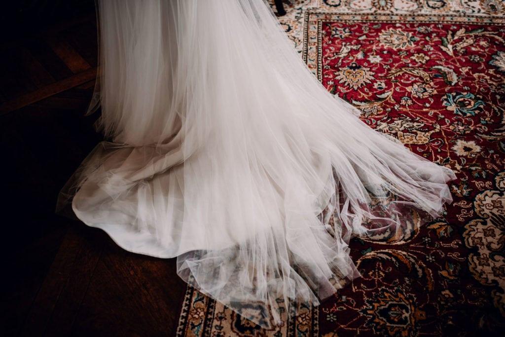 robe de mariee avec dentelle sur tapis, pronuptia; 17300