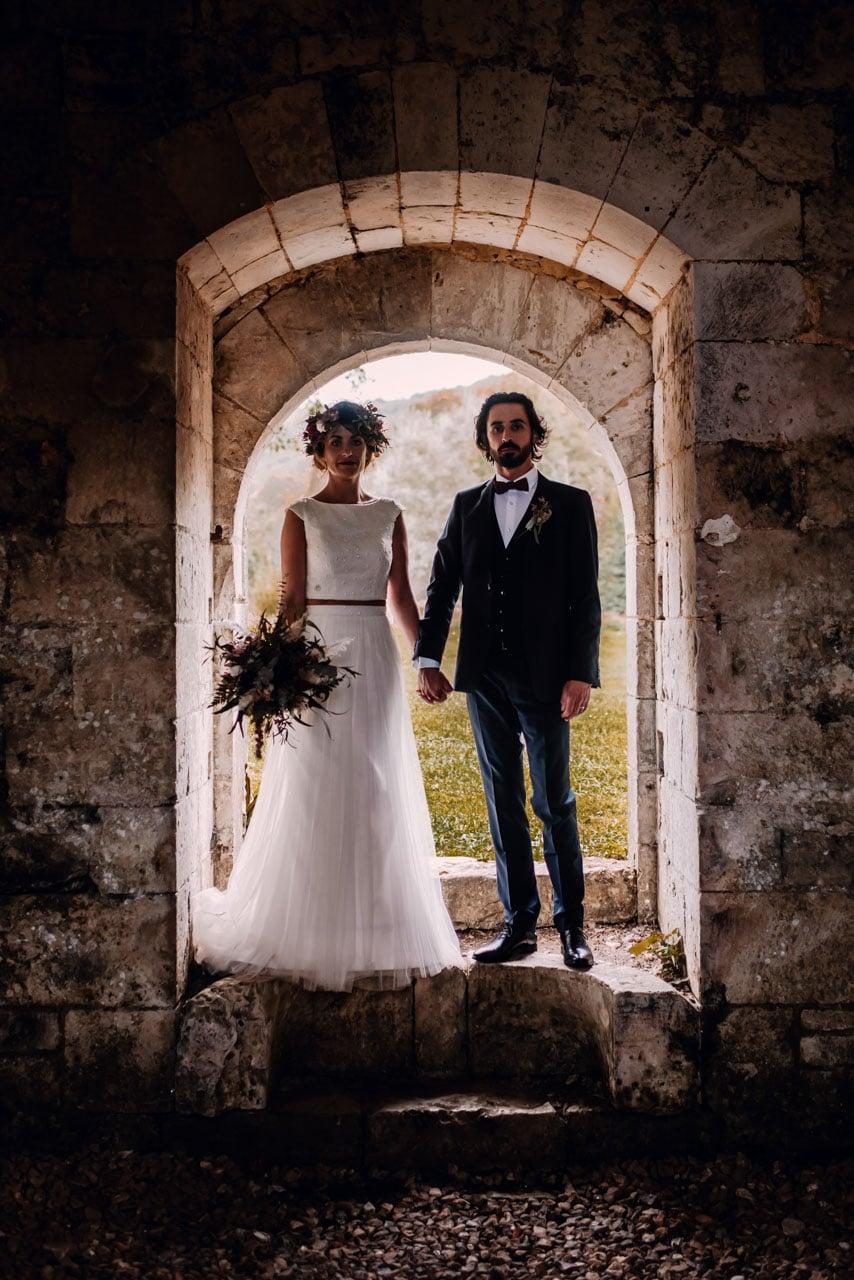 couple de mariées abbaye de de fontaine guerard en intérieur, dans le département de l'Eure ils ont trouvé leur photographe de mariage