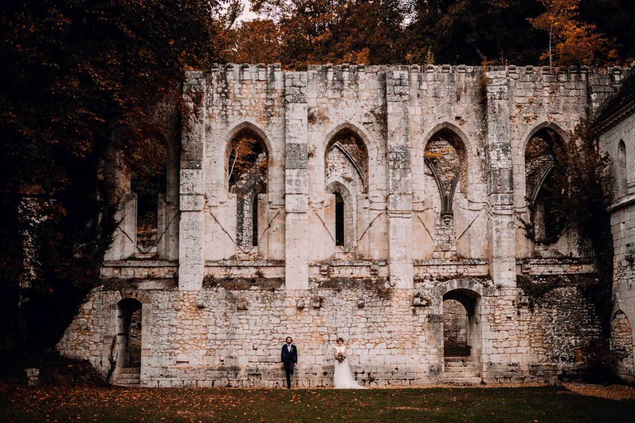 mariage intime en France, abbaye avec couple de mariés