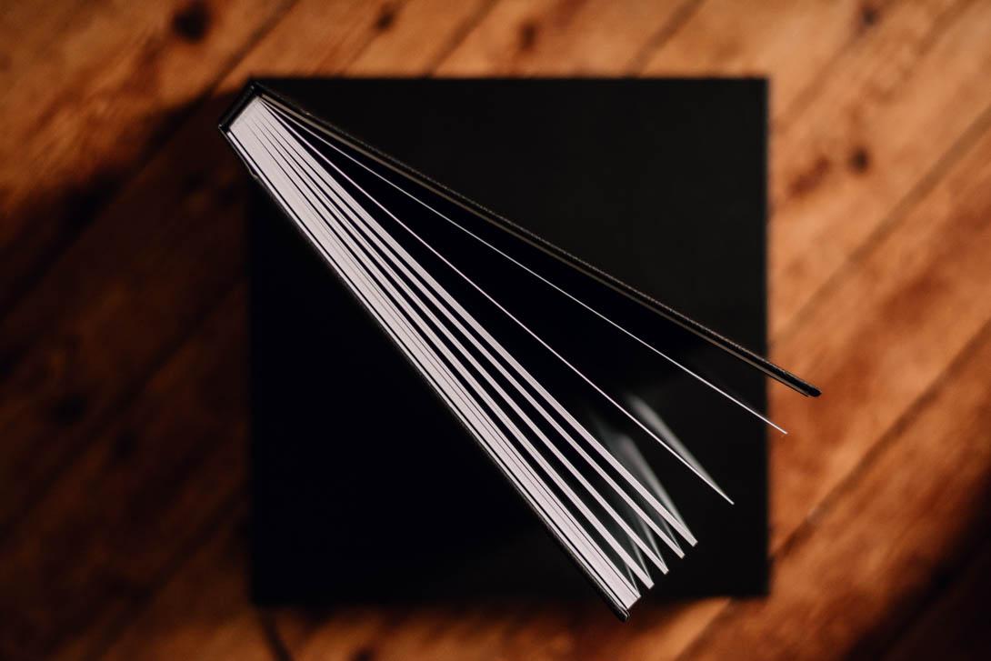 livre mariage prestige couverture simili-cuir noir, vu ouvert du dessus