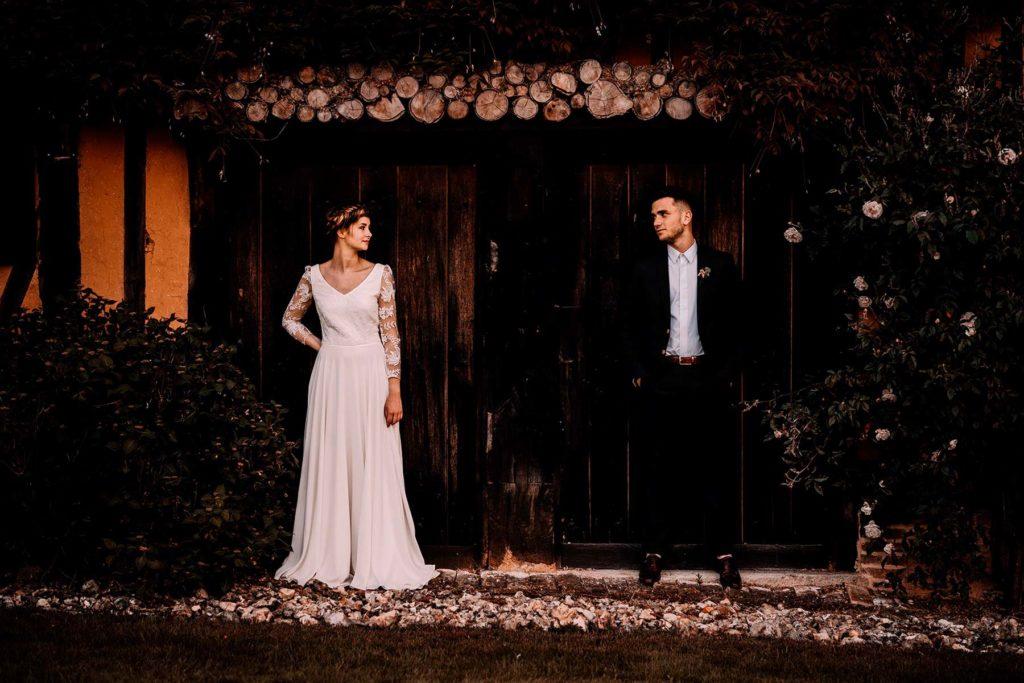Photographe du couple de mariés se regardant dans un cadre mariage champêtre à Giverny