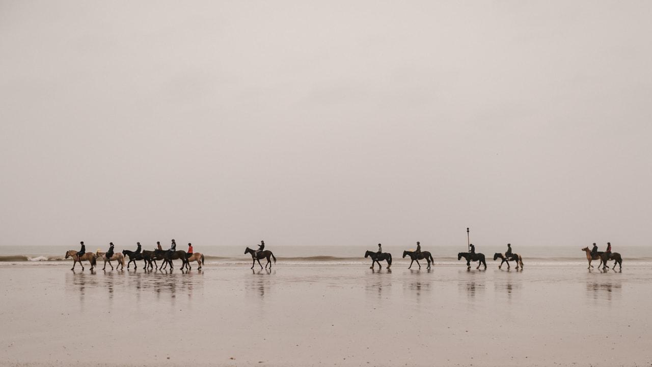 balade à cheval avec reflet sur l'eau sur la plage de Deauville organisée pour l'EVJF