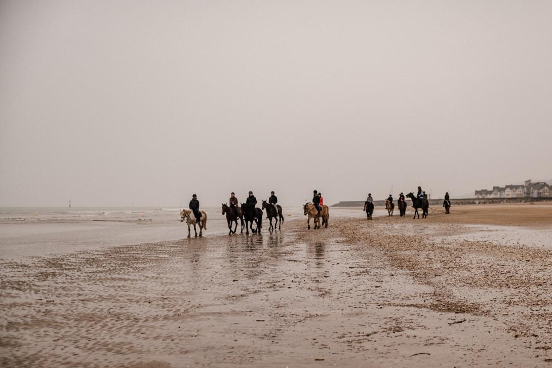 balade à cheval sur la plage de Deauville organisée pour l'EVJF