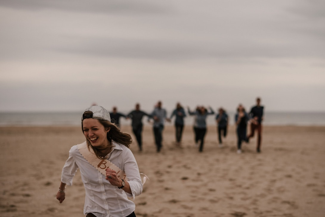 course sur la plage de Deauville pendant l'EVJF de Caroline