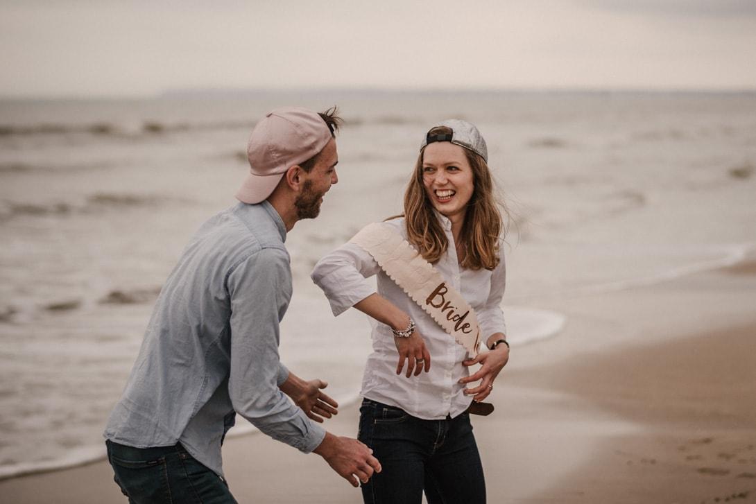 rire de la mariée sur la plage de deauville