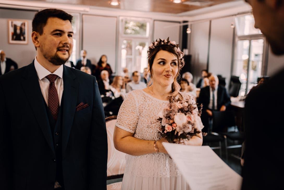 la cérémonie civile du mariage à la mairie et mimique de la mariée