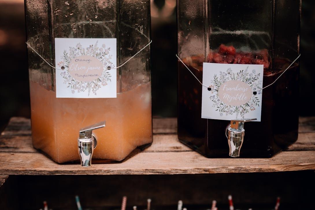 bocaux de verre avec cocktail sans alcool, cassis et malices