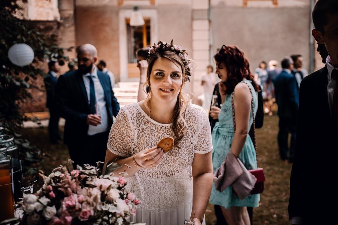 mariée avec un cookie dans la main lors du goûter à la ferme d'armenon
