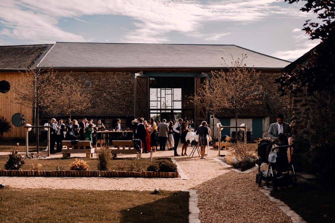 cour intérieur de la ferme d'armenon, où se déroule le cocktail du petit mariage champêtre
