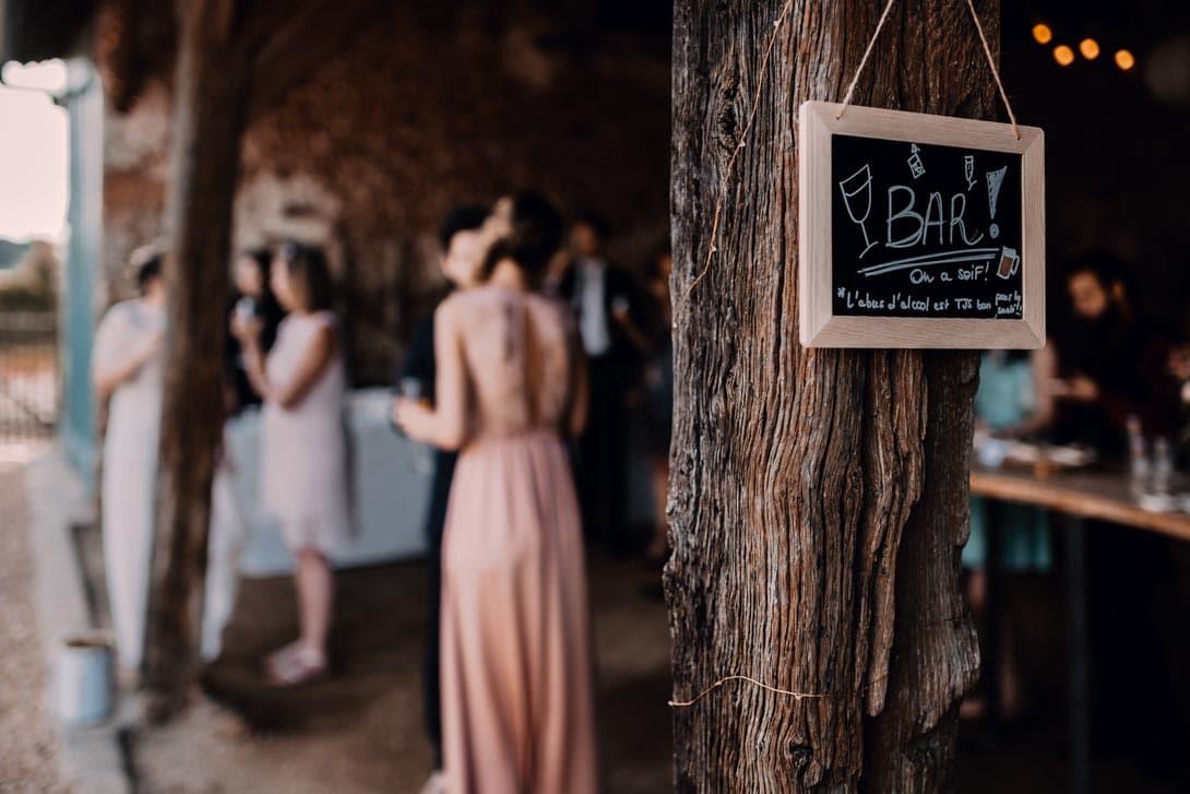 ardoise pour annoncé le bar où se déroule le cocktail du mariage sous une petite grange de la ferme d'Armenon