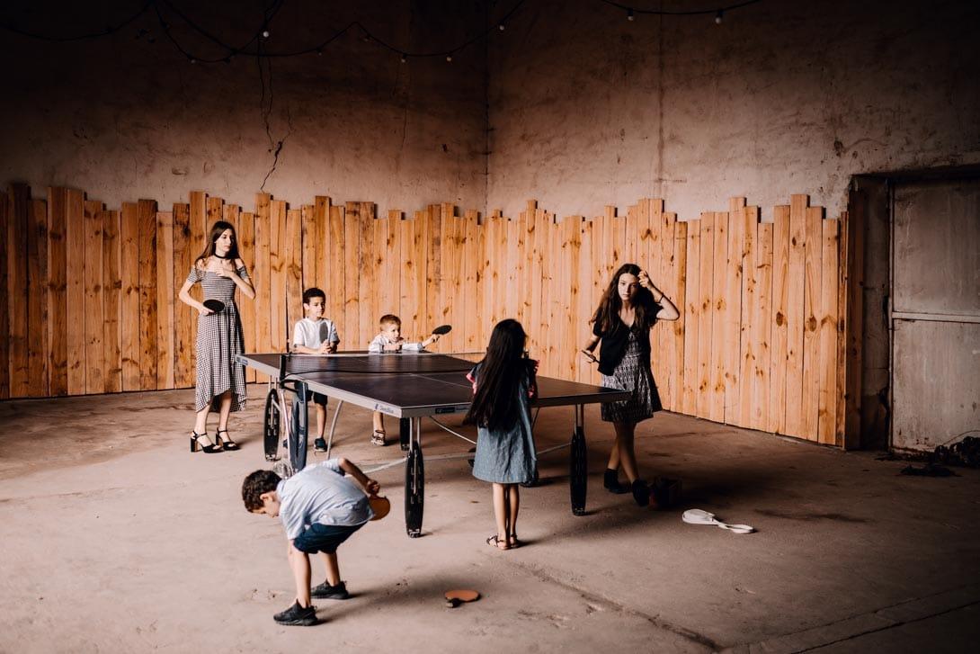 enfants jouant au ping-pong dans la salle de jeu de la ferme d'Armenon