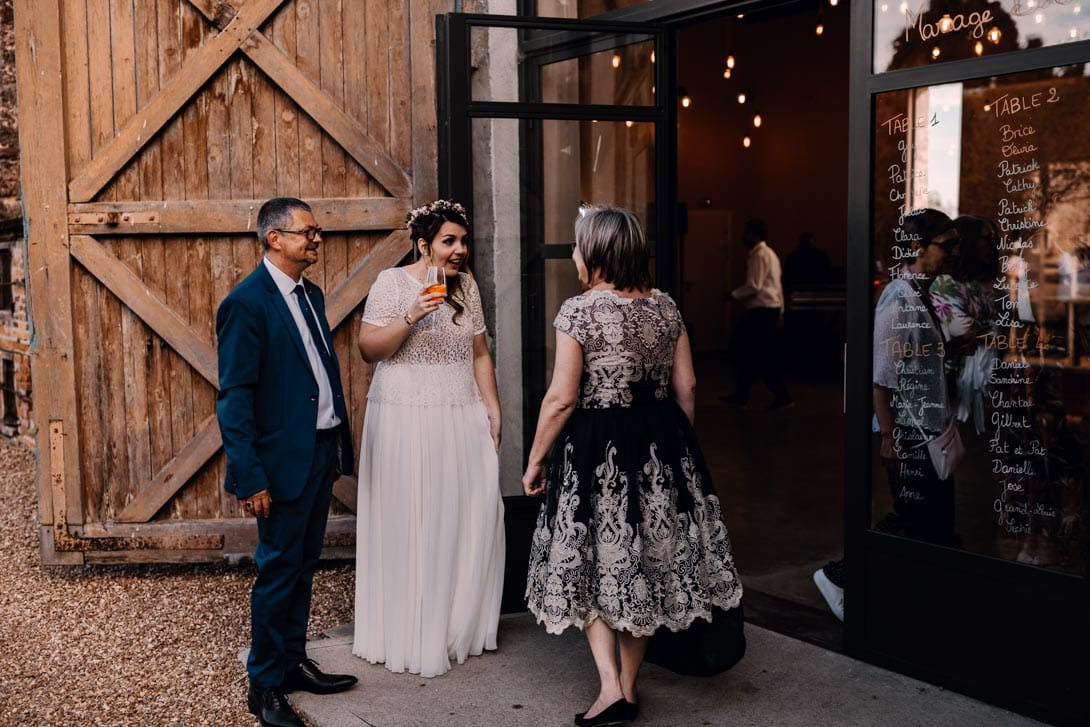 la marié et des invités avant le repas, la mariée a un spritz