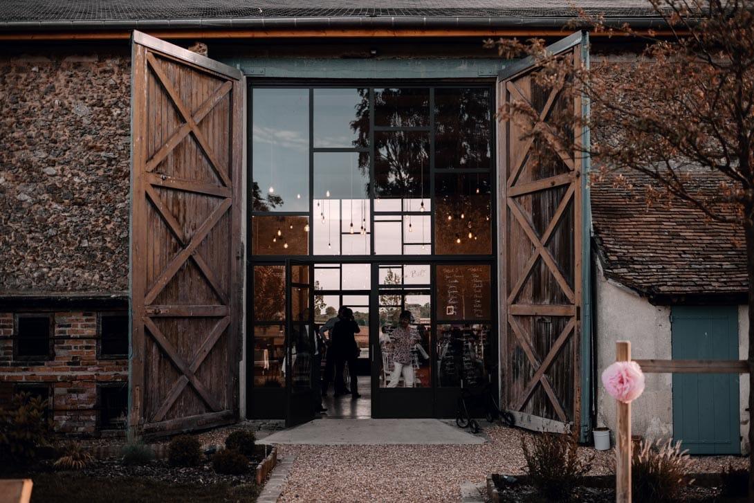 porte avec grande verrière entrée de la salle de réception mariage de la ferme d'Armenon