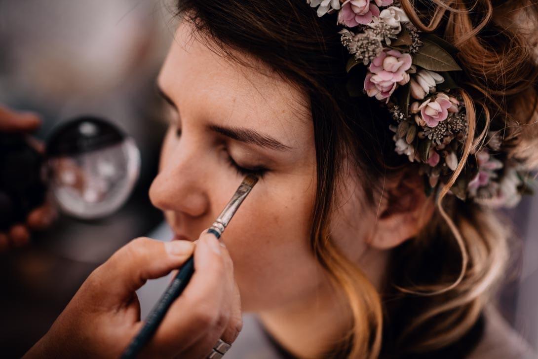 maquillage de la mariée pendant les préparatifs du mariage