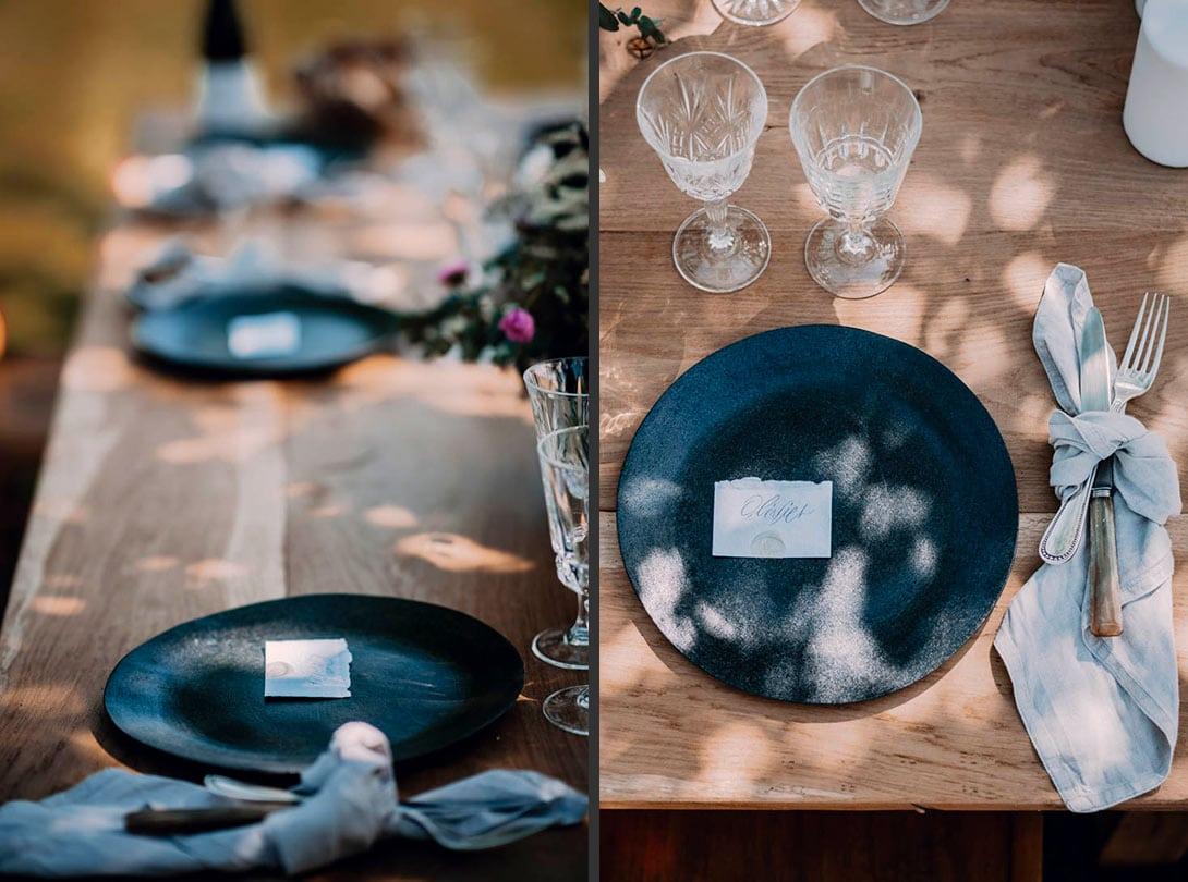 détail de la décoration de la table avec assiettes en céramique et vaisselle vintage
