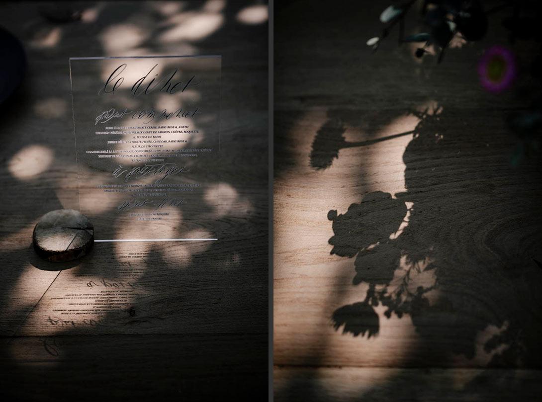 ombres des fleurs et du menu sur la table du mariage