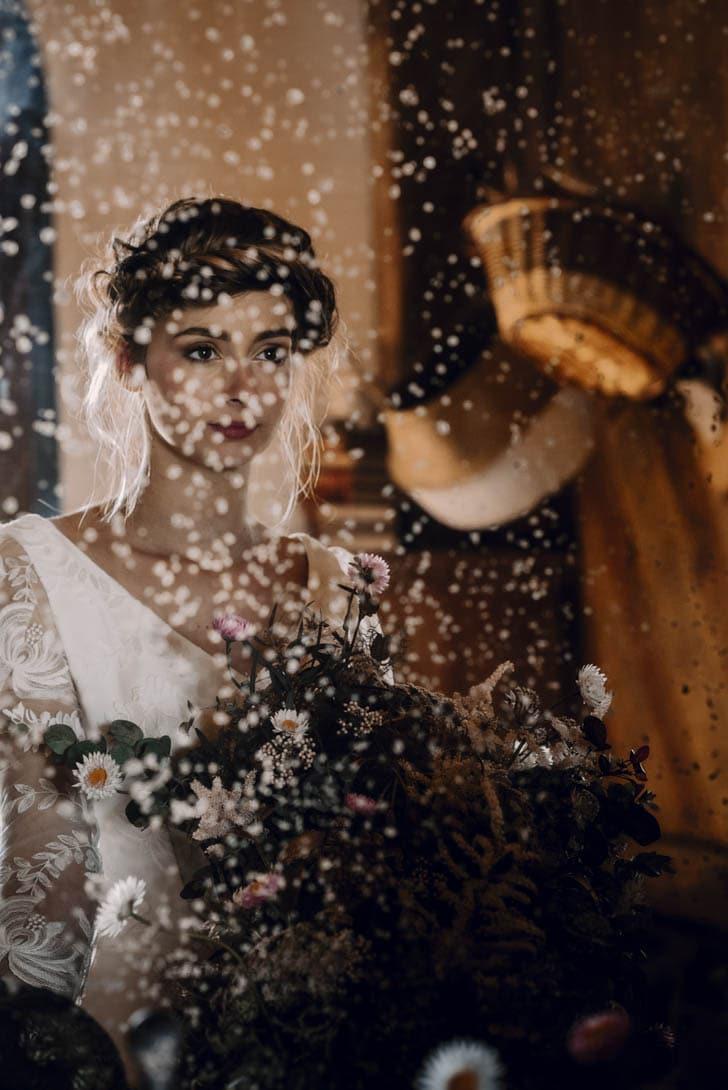 portrait de la mariée devant le miroir avec les fleurs de son mariage
