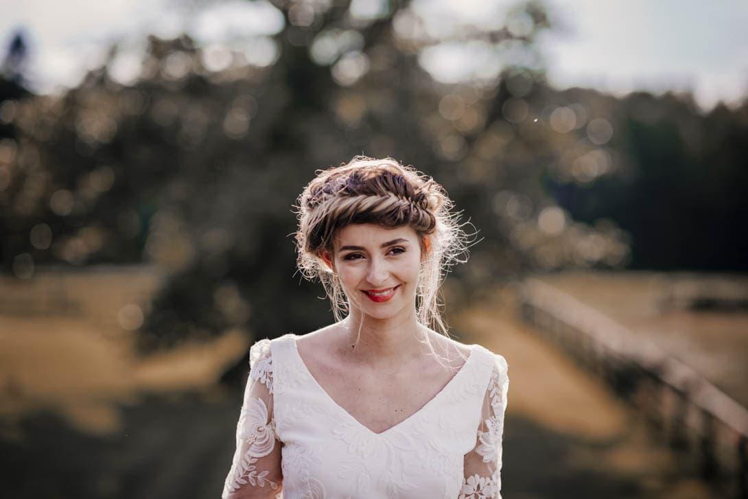 portrait de la mariée souriante après la cérémonie laïque