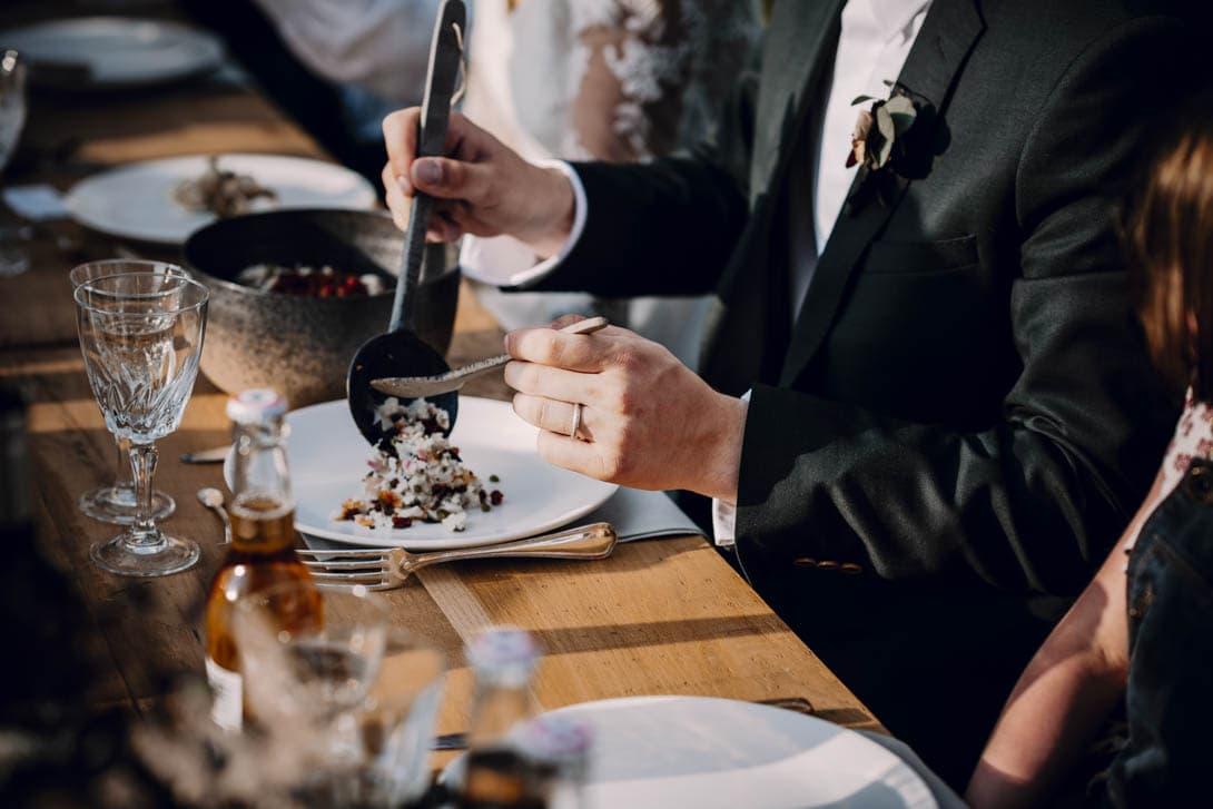 repas mariage champêtre en extérieur et partage des plats