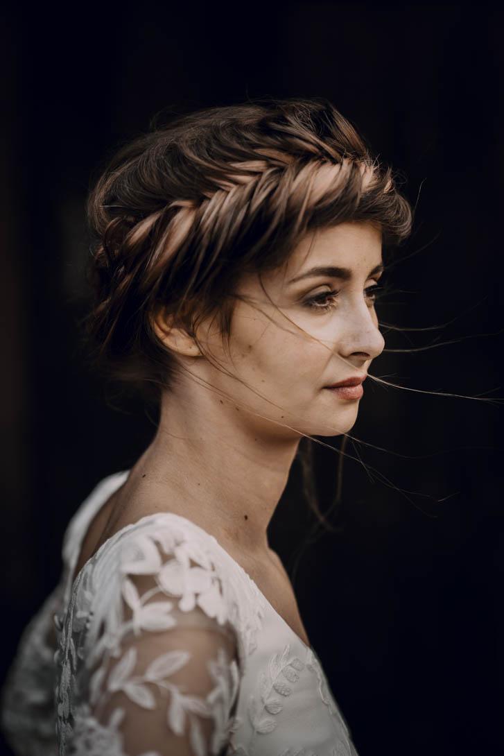 portrait de la mariée de profil avec coiffure visible