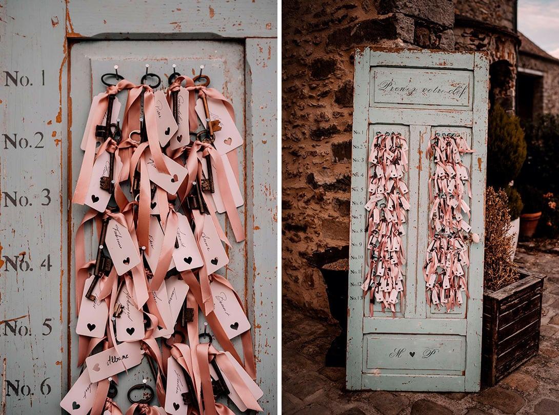 porte avec clés invités pour un mariage folk et original