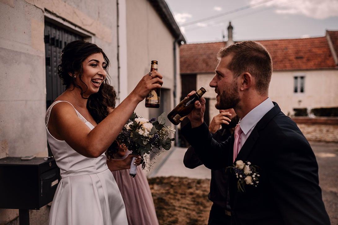 les mariés trinquent à leur mariage champêtre proche de Paris