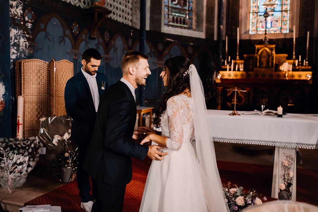 émotion et rire après la célébration du mariage