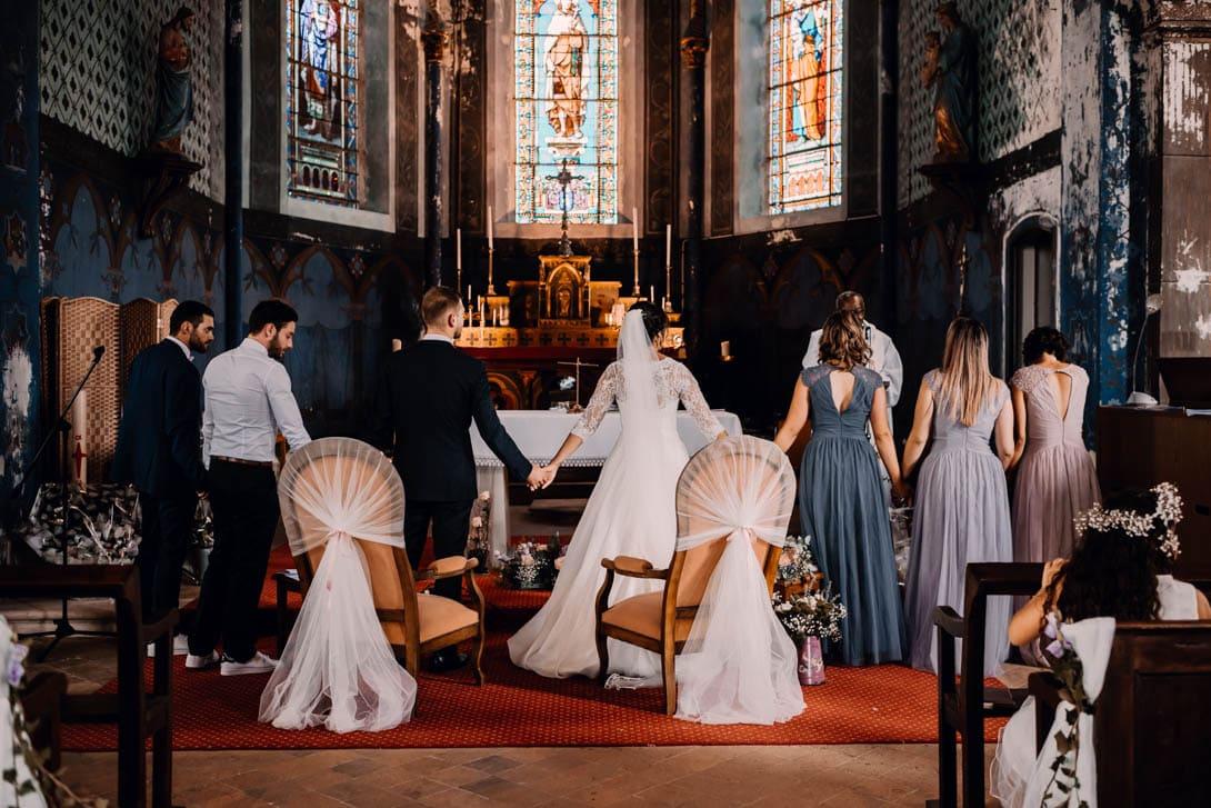 mariés se tenant la main avec leurs témoins lors de leur cérémonie de mariage