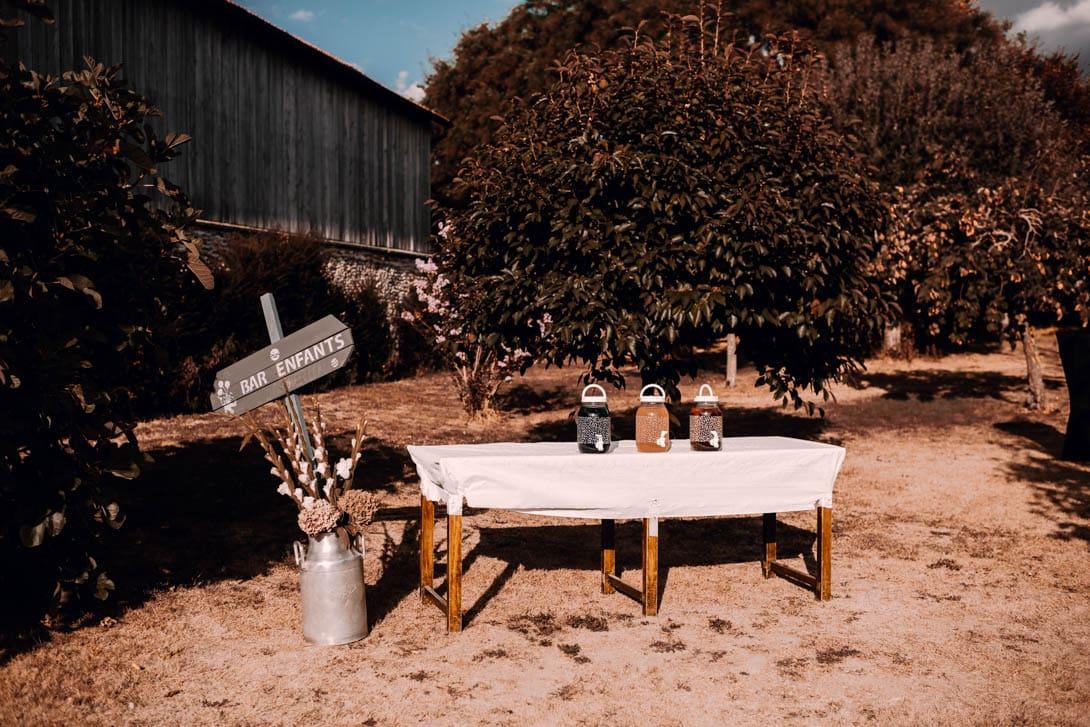 bar pour les enfants avec panneau de bois, table vintage et champêtre du mariage