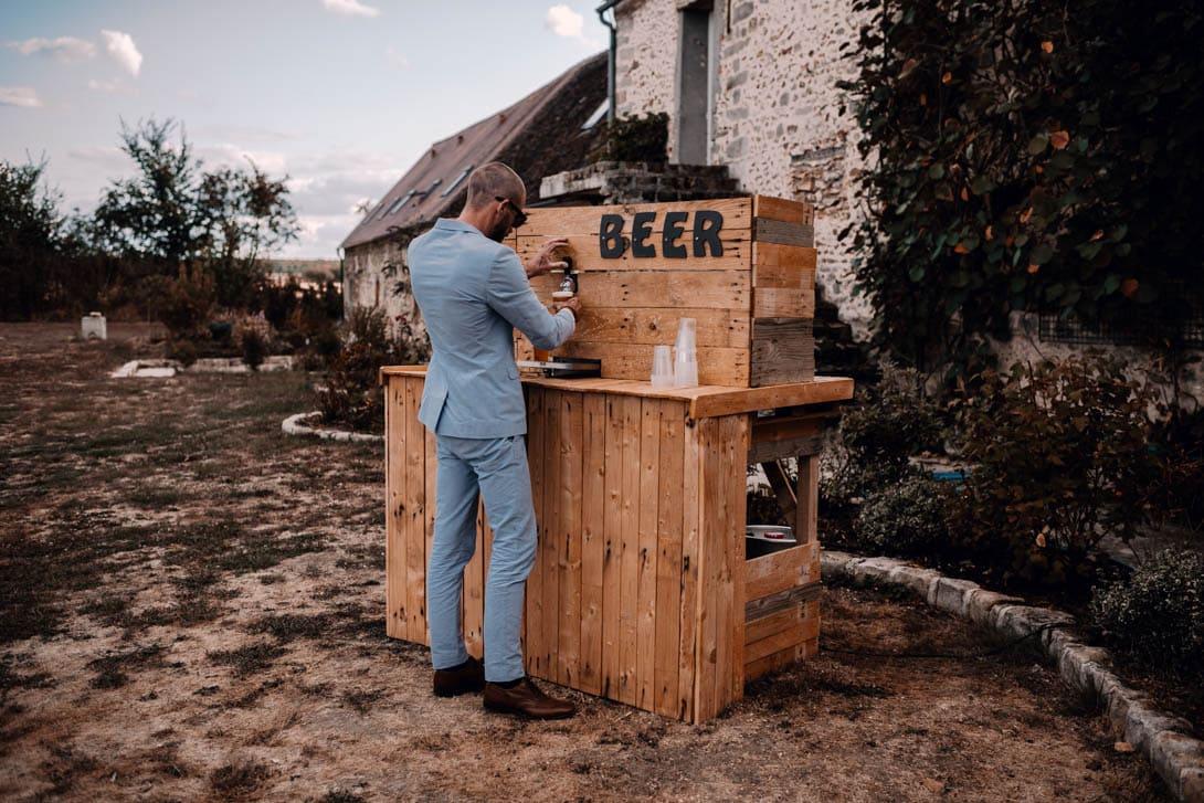 bar à bières en bois avant le cocktail et vin d'honneur du mariage