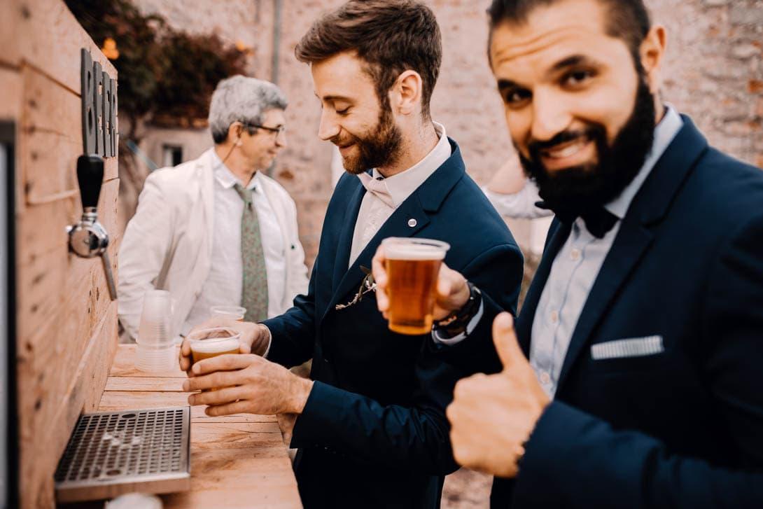 invités du mariage se servant de la bière