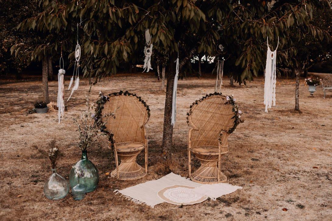 décoration mariage champêtre : 2 fauteuils Emmanuelle et un arbre du souvenir