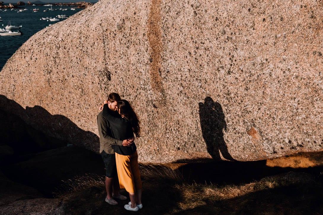 couple et ombre coucher du soleil en bord de mer, séance photo couple