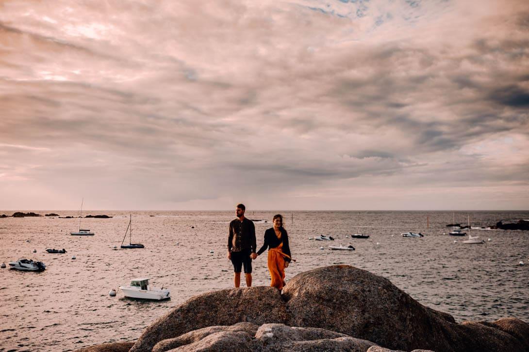 photographe de couple de mariage en Bretagne au bord de la mer