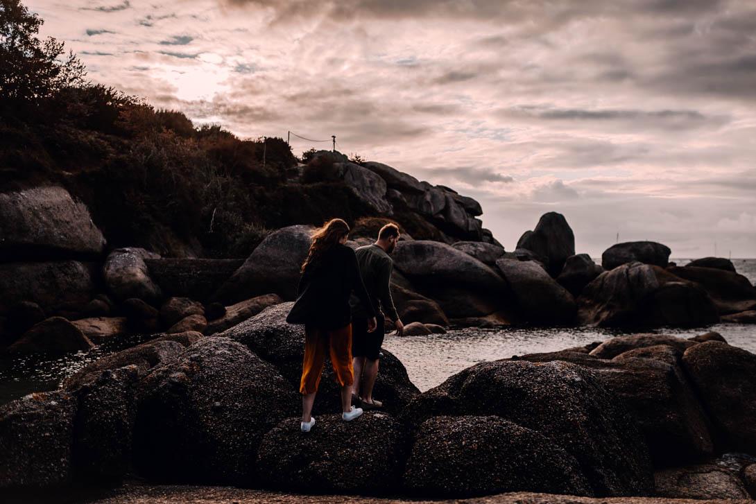 photographe d'une séance engagement au coucher du soleil, ici à Trégastel par un photographe de Normandie basé à Rouen