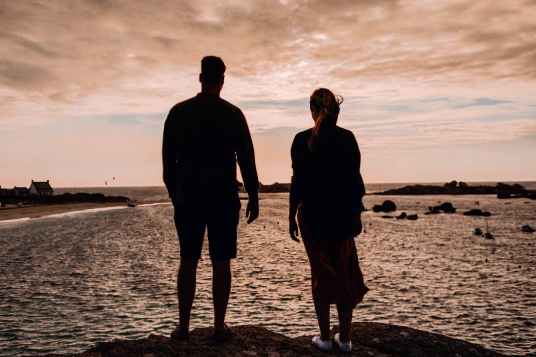 silhouette sur front de mer couple mariage