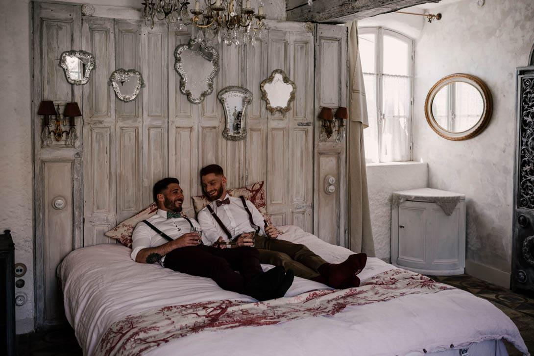 couple mariage gay sur le lit de la chambre dite le nid aux bonnes joies