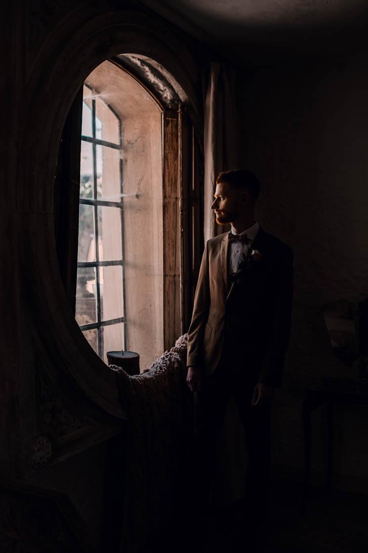 marié aux Bonnes Joies regardant par la fenêtre