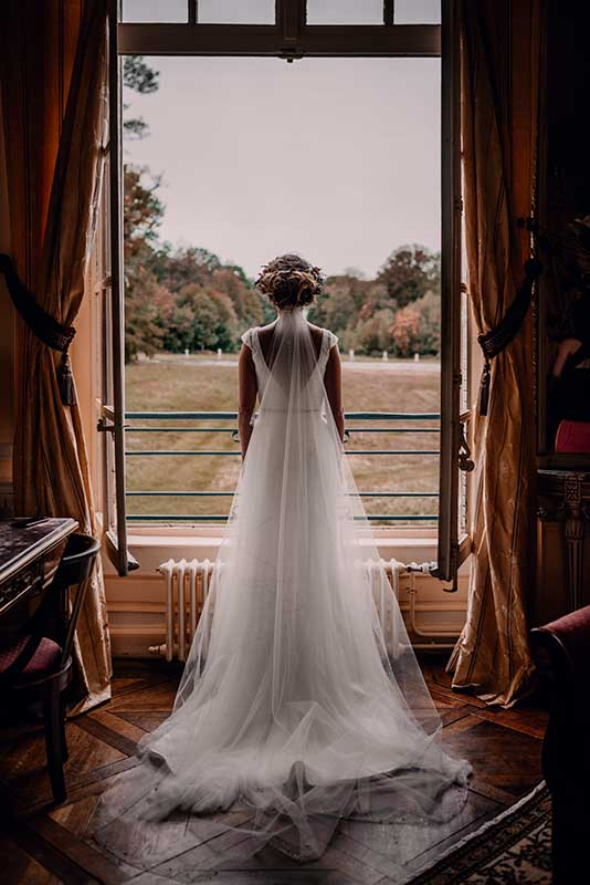 photographe mariage Forges les Eaux, mariée de dos à la fenêtre