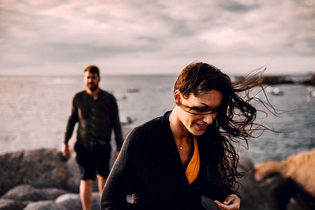 Photographe mariage ile d'Oléron,  couple en balade sur les bords de mer