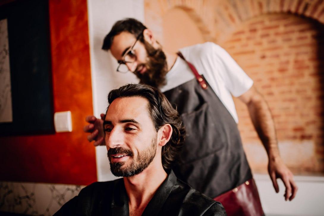 le marié avec son barbier pendant les préparatifs du mariage d'automne