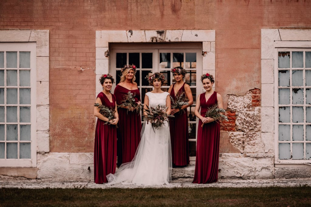 mariée avec bouquet et couronne de fleurs avec ses demoiselles d'honneur en robe bordeaux et bouquets d'eucalyptus