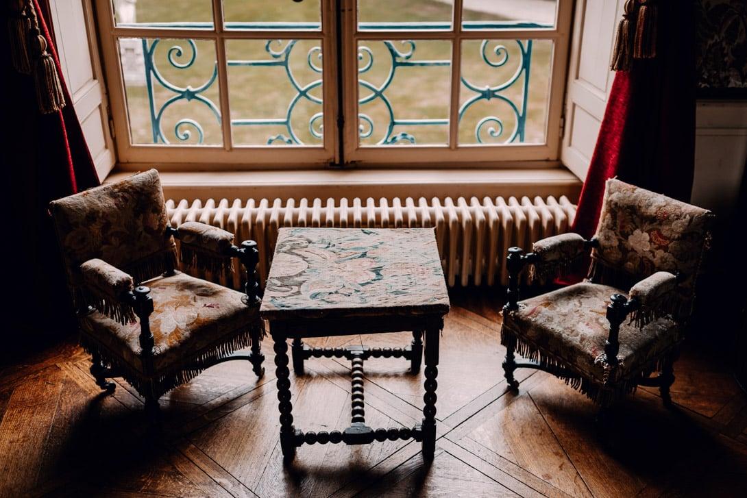 mobilier, table et 2 chaises devant une fenêtre du château de Bonnemare
