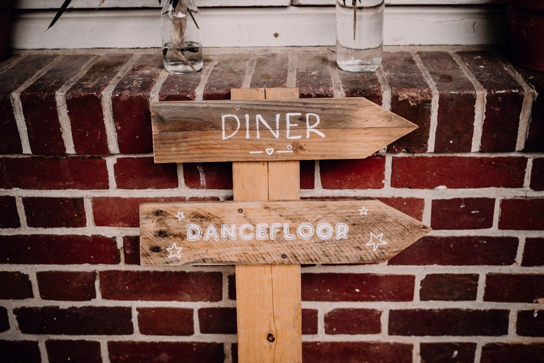 panneau en bois avec indication diner et danceflloor de chez marboinlove