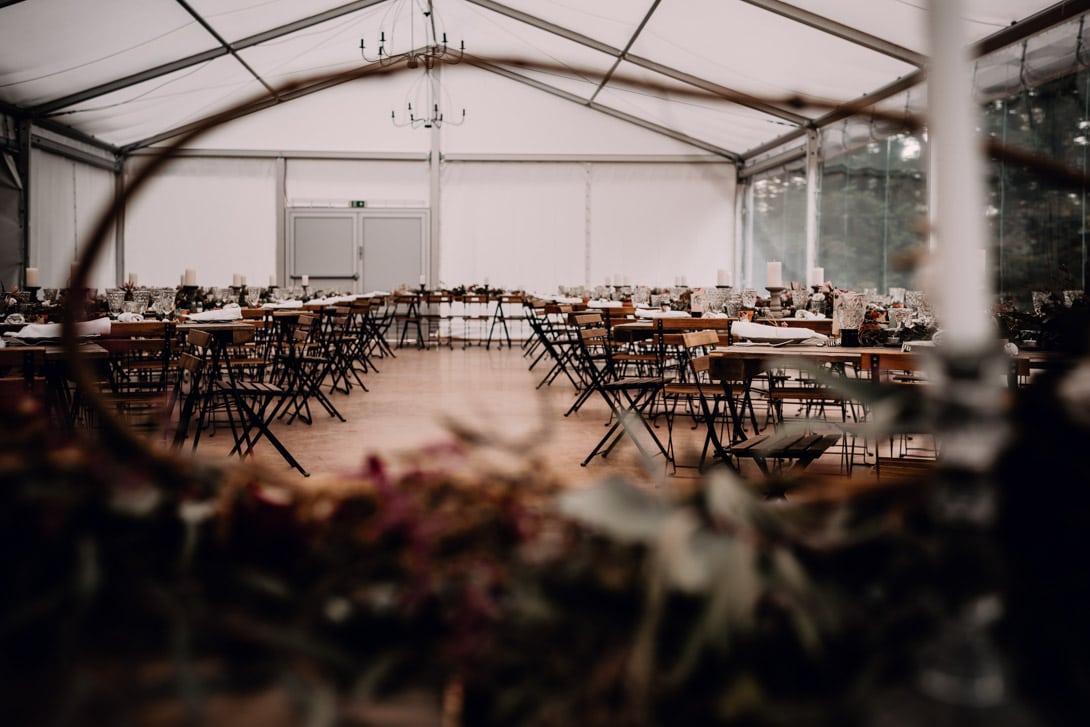 vue de la salle avec tables rectangulaires au château de Bonnemare