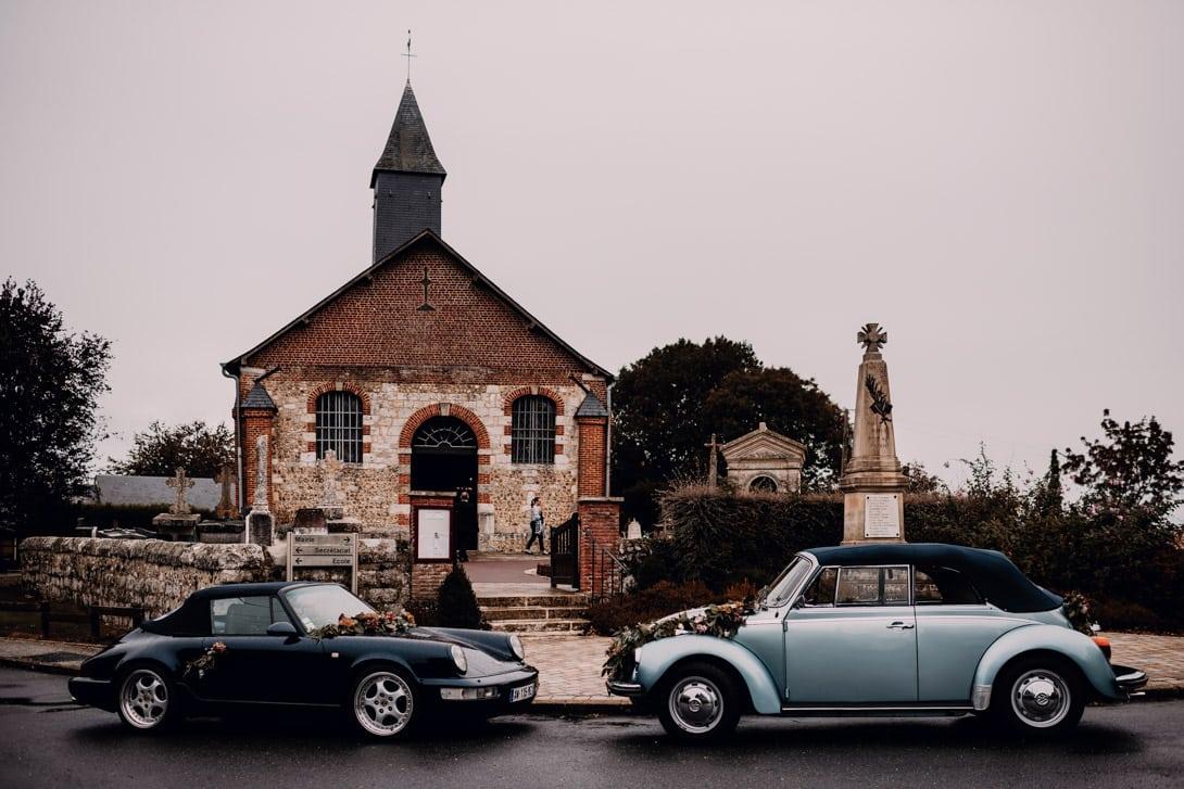 église mariage avec porsche et coccinelle