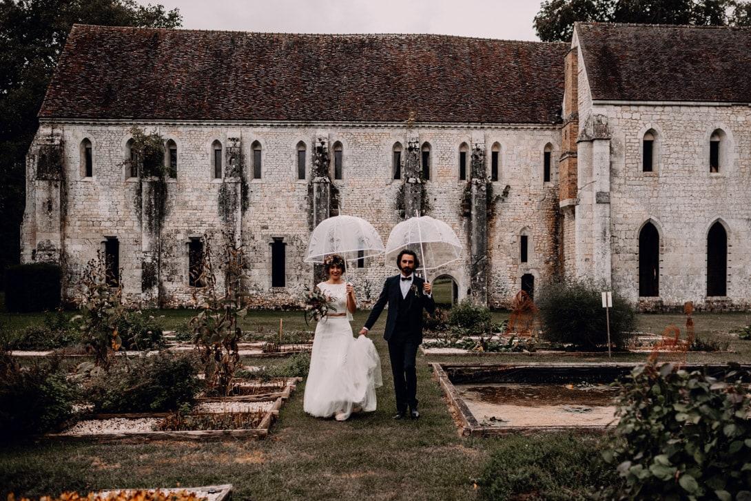 photo de couple mariage dans les jardins de l'Abbaye de Fontaine Guérard sous la pluie