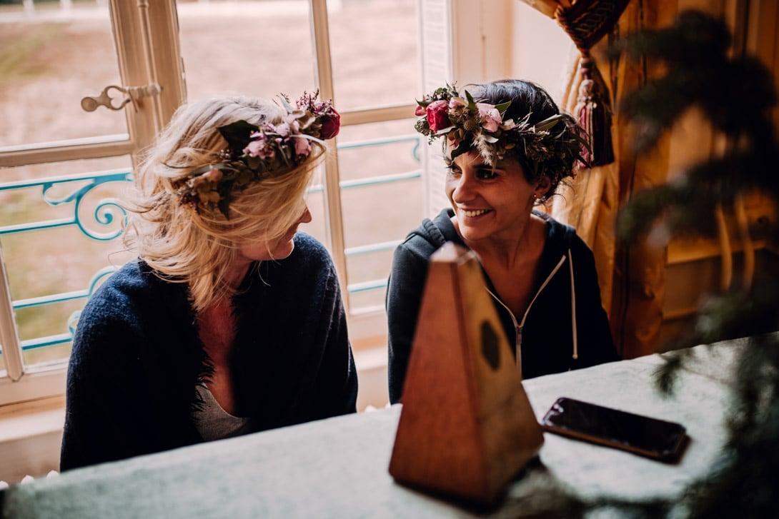 témoins avec couronnes de fleurs au piano pendant les préparatif du mariage