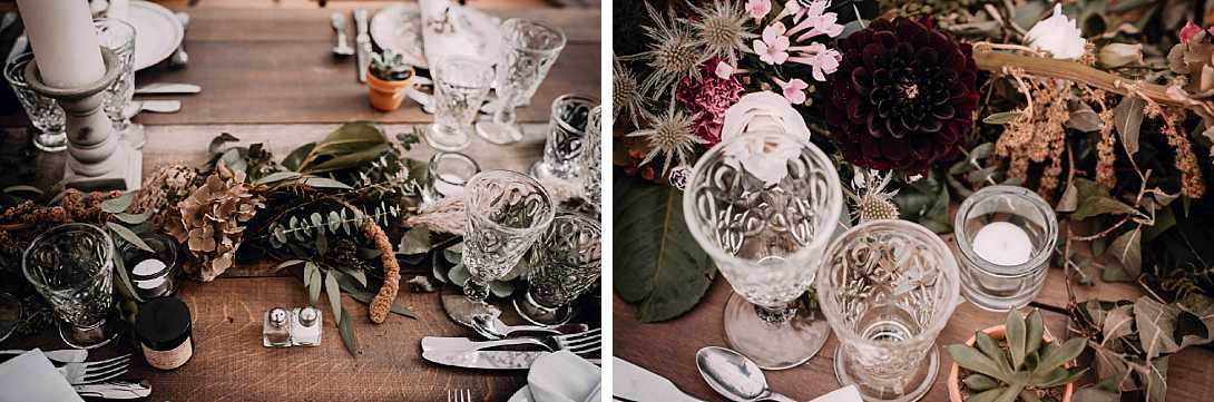fleurs et verre sur table